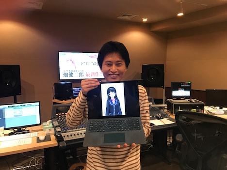 月ノ美兎と2ショット撮影する畑健二郎。