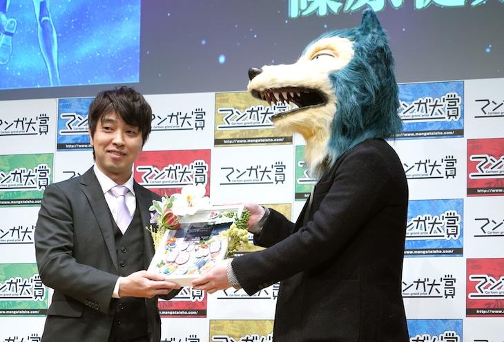 左から篠原健太、「BEASTARS」担当の木所孝太氏。