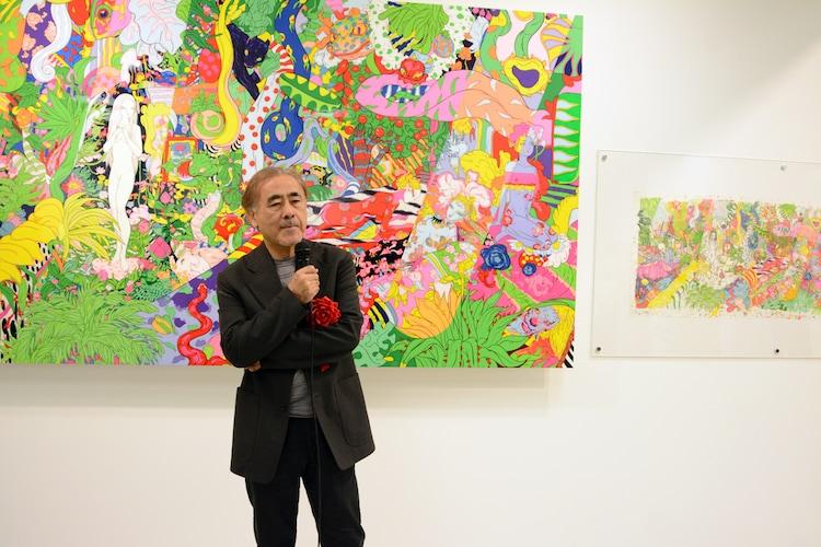 天野喜孝と、後ろが本展のために描き下ろされた作品。