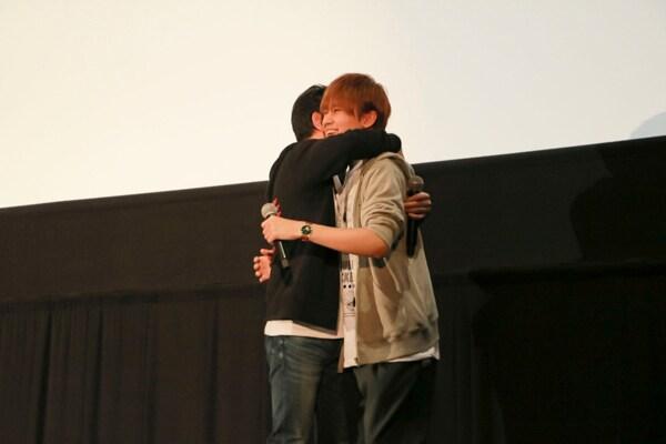 2019年3月に行われた「『DOUBLE DECKER! ダグ&キリル』トークショー付きEXTRA一挙上映会」の様子。降壇間際、抱擁する三上哲(左)、天崎滉平(右)。