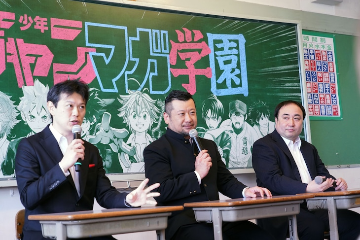 左から中野裕之編集長、ケンドーコバヤシ、栗田宏俊編集長。