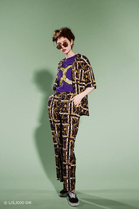 「X-girl ×ジョジョの奇妙な冒険 黄金の風」コラボアイテムの着用イメージ。