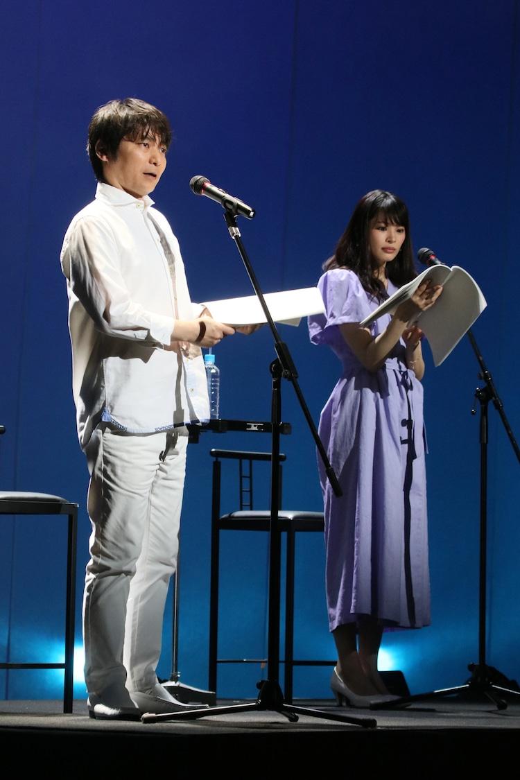 「Wイシダ朗読劇『USHIROMUKI』の様子。左から石田彰、宮澤竹美。