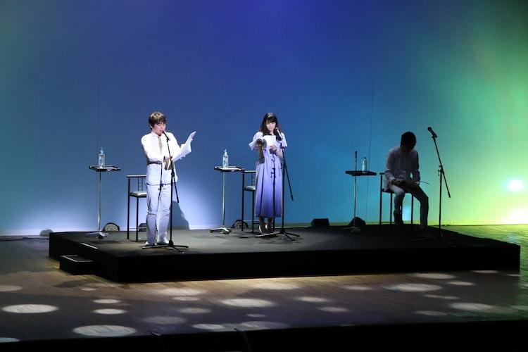 「Wイシダ朗読劇『USHIROMUKI』の様子。