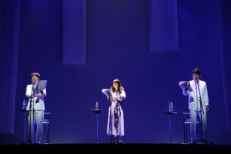 「Wイシダ朗読劇『USHIROMUKI』の様子。左から石田彰、宮澤竹美、石田明。
