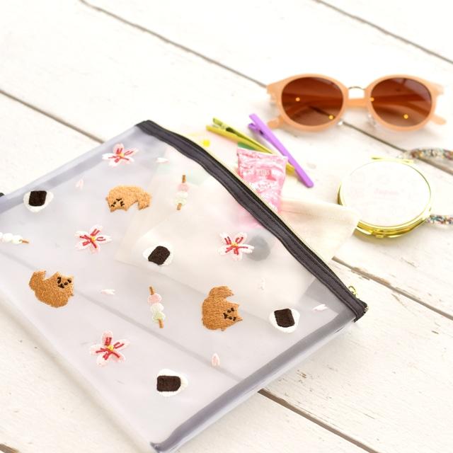 日本の刺繍メッシュポーチの使用イメージ。