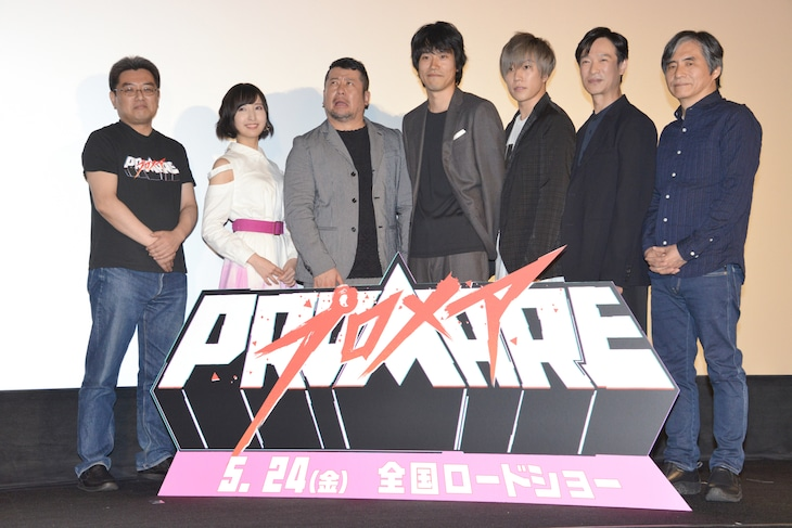 劇場アニメ「プロメア」舞台挨拶付き上映会の様子。左から今石洋之監督、佐倉綾音、ケンドーコバヤシ、松山ケンイチ、早乙女太一、堺雅人、中島かずき。