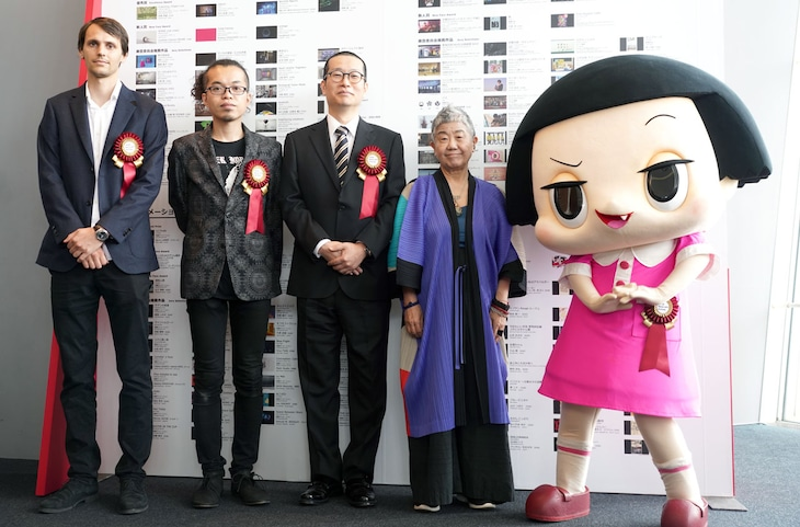 左からアニメーション部門の大賞を受賞したBoris LABBE、アート部門の大賞を受賞した古館健、Boichi、功労賞を受賞した小池一子、エンターテインメント部門を受賞した「チコちゃんに叱られる!」よりチコちゃん。