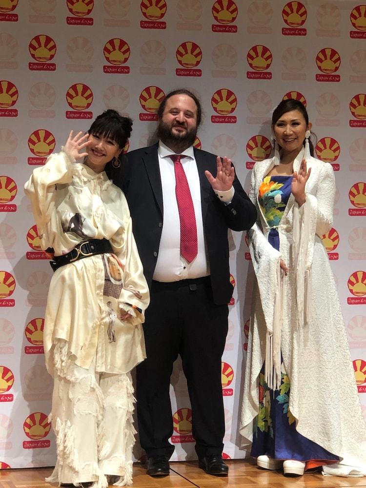 左から大塚愛、Japan Expo創立者および主催者の1人であるトマ・シルデ、高橋洋子。