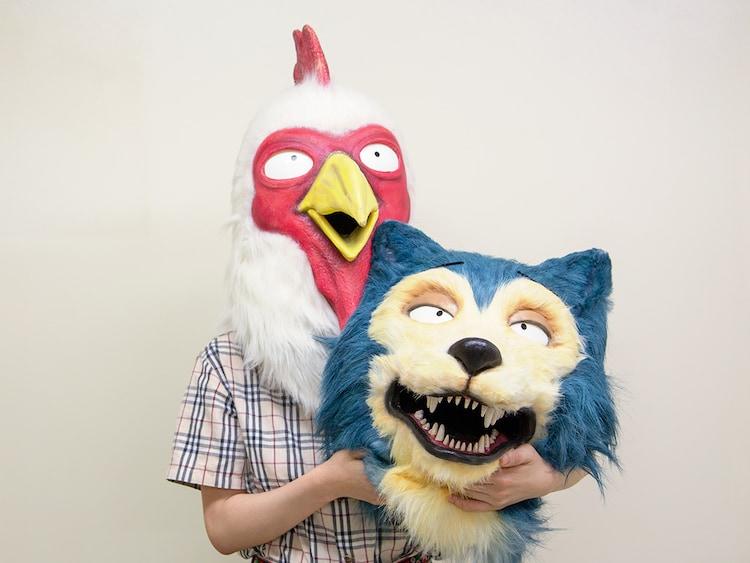 「BEASTARS」レゴムのマスクを被った板垣巴留と、レゴシのマスク。