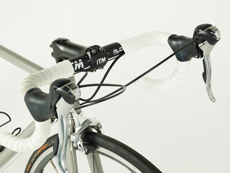 ドラマ「弱虫ペダル」で小越勇輝演じる小野田坂道が使用したロードバイク。