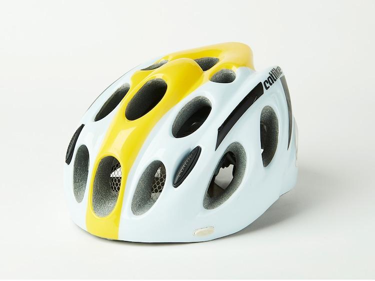 ドラマ「弱虫ペダル」で小越勇輝演じる小野田坂道が使用したロードバイクのヘルメット。