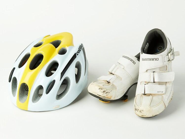ドラマ「弱虫ペダル」で小越勇輝演じる小野田坂道が使用したロードバイクのヘルメットとシューズ。