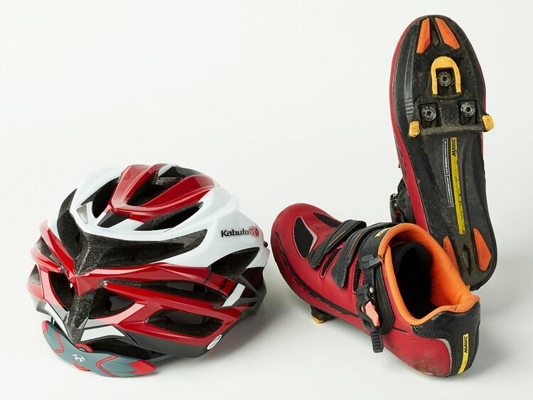 ドラマ「弱虫ペダル」で深澤大河演じる鳴子章吉が使用したヘルメットとビンディングシューズ。