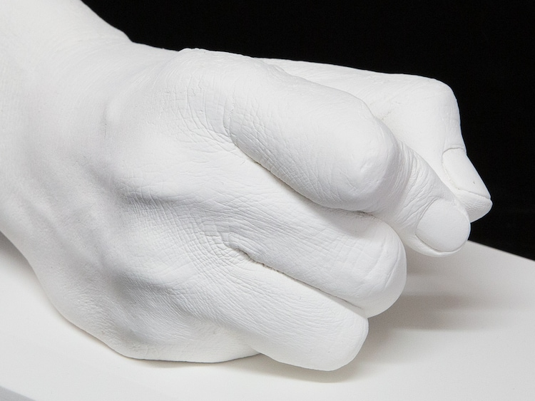 板垣恵介の手をかたどった石膏製モニュメント。板垣恵介の手をかたどった石膏製モニュメント。