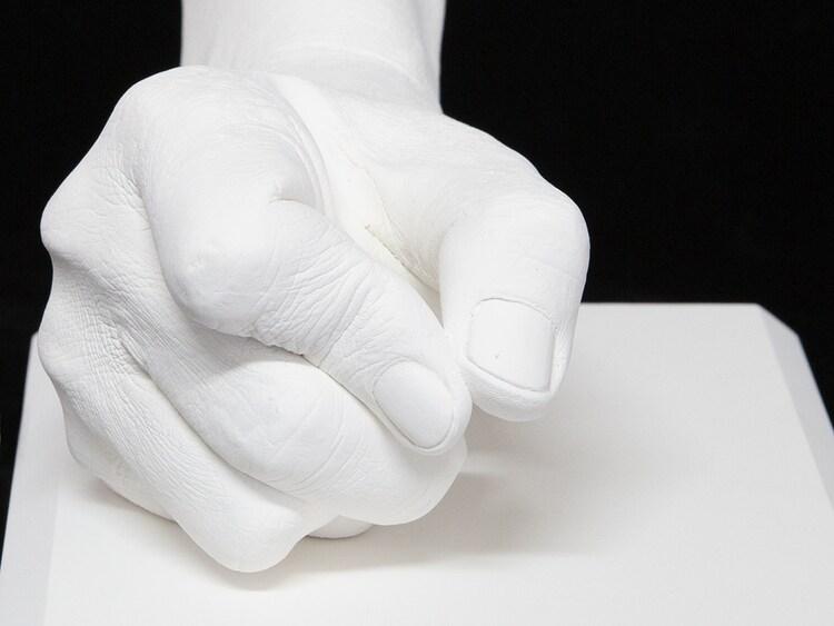板垣恵介の手をかたどった石膏製モニュメント。