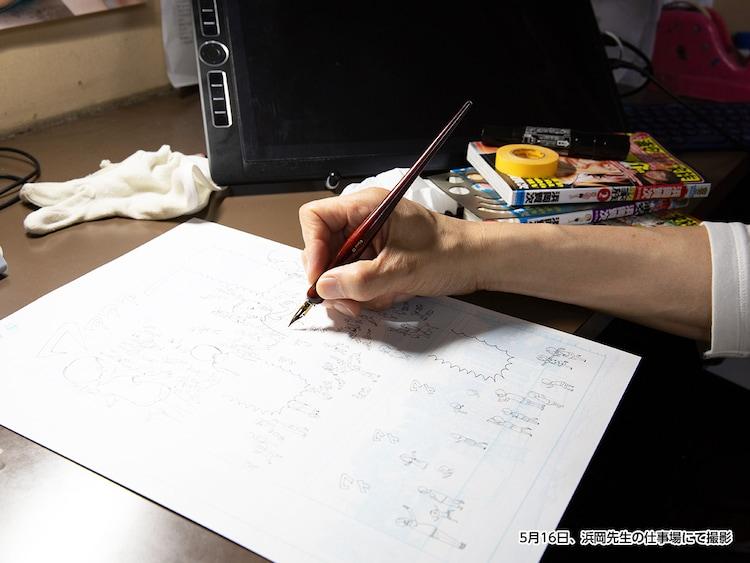 浜岡賢次の手をかたどった石膏製モニュメントと、愛用ペン。
