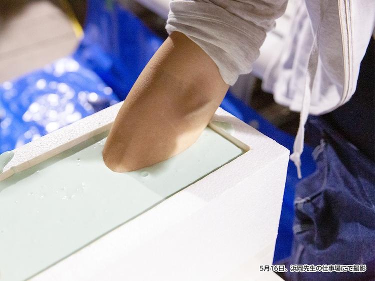 石膏の型を取る浜岡賢次。