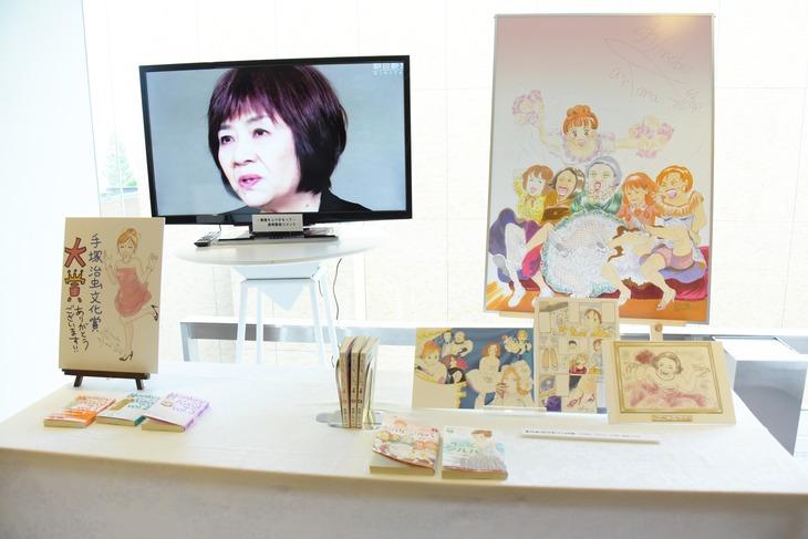 「その女、ジルバ」の展示の様子。モニターでは里中満智子ら選考委員のインタビュー映像が上映された。
