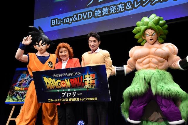 映画「ドラゴンボール超 ブロリー」のBlu-ray / DVD発売記念イベントの様子。左から孫悟空の着ぐるみ、野沢雅子、島田敏、ブロリーの着ぐるみ。