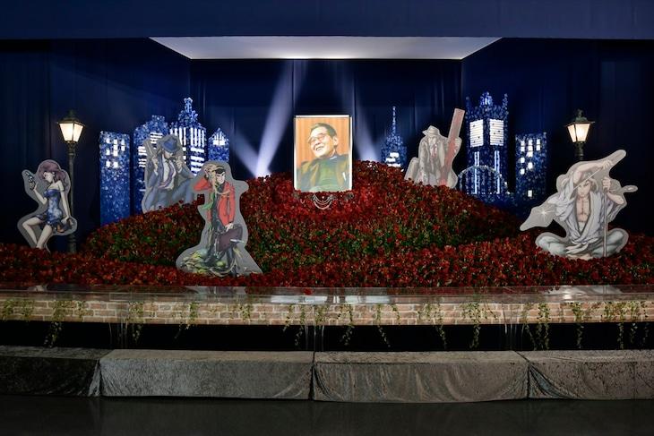 モンキー・パンチの花祭壇。(c)「モンキー・パンチ先生を偲ぶ会」実行委員会