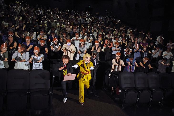 「劇場版パタリロ!」公開初日舞台挨拶にて、左から小林顕作、加藤諒、魔夜峰央。