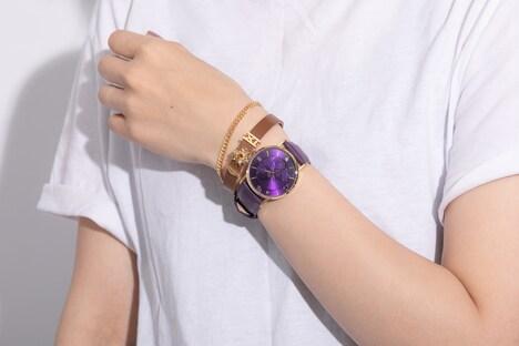 玄奘三蔵モデルの腕時計と孫悟空モデルのブレスレット。