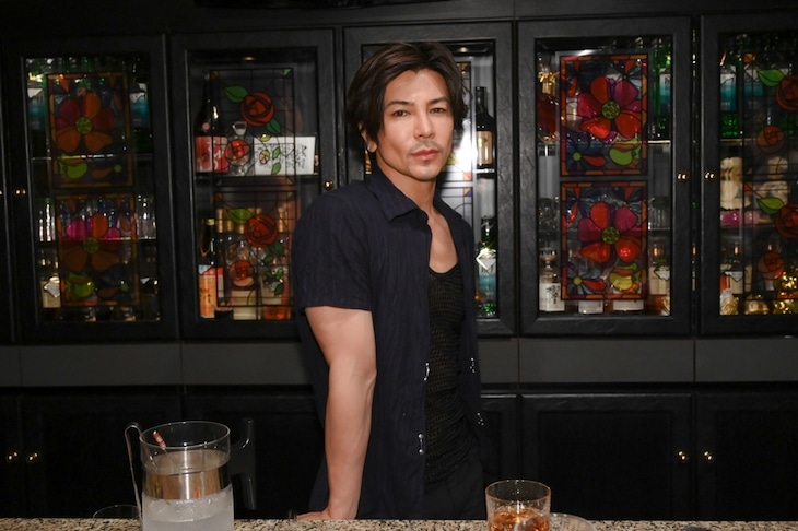 武田真治扮するスナック「バブル」のママ。(c)TBS