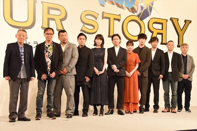 「ドラゴンクエスト ユア・ストーリー」完成報告記者会見のフォトセッションでおどけた表情を見せるケンドーコバヤシ(左から3番目)。