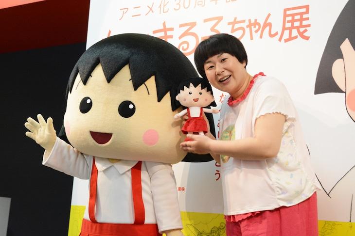 「アニメ化30周年記念 ちびまる子ちゃん展」の会場に訪れたまる子(左)、大島美幸(右)。