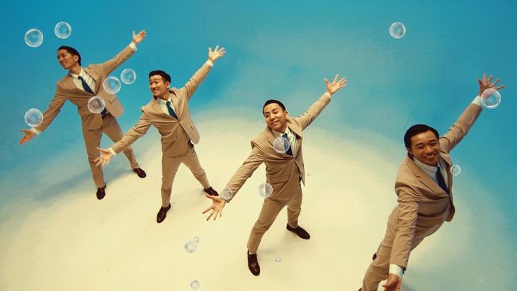 「スーダラ節 feat. BUSINESS FISH」実写ダンスミュージックビデオより。