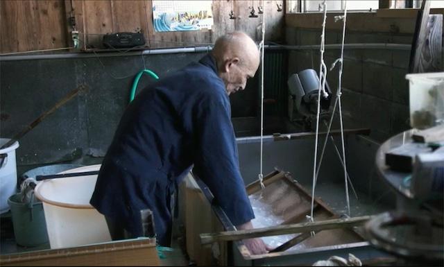 和紙を制作する人間国宝の岩野市兵衛。