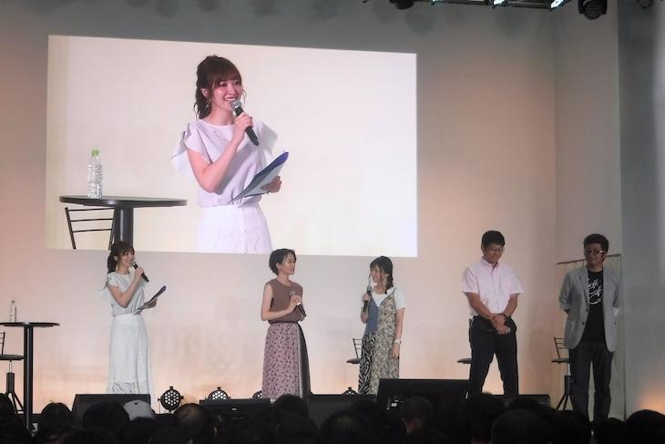 左から佳村はるか、千菅春香、大和田仁美、堀川憲司プロデューサー、永谷敬之プロデューサー。