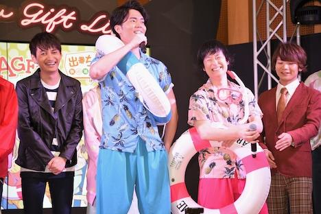 「Warahibi!(わらひび!)」ステージの様子。夏らしい格好で登場した駒田航(中央左)、白石兼斗(中央右)。