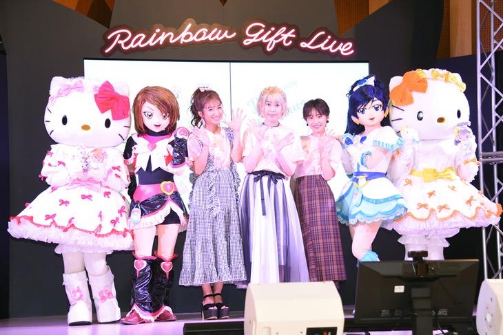 「SANRIO EXPO 2019」の様子。左からハローキティ、キュアブラック、辻希美、五條真由美、高橋愛、キュアホワイト、ミミィ。