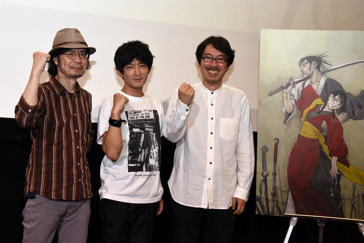 左から浜崎博嗣監督、万次役の津田健次郎、音響監督の清水洋史。