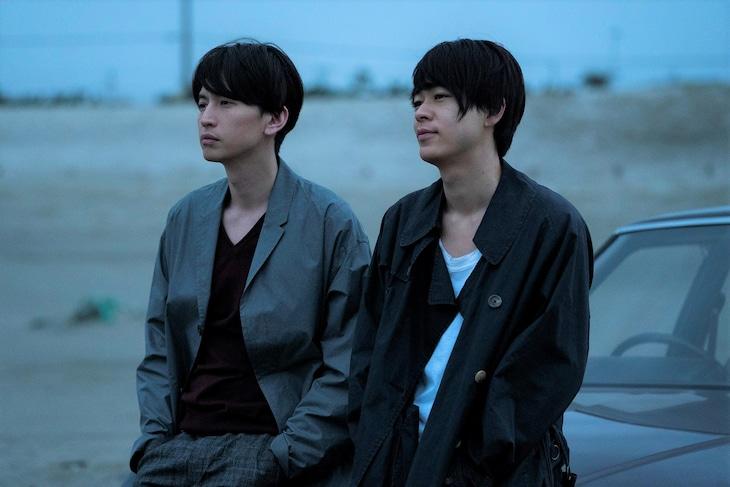 映画「窮鼠はチーズの夢を見る」場面写真。左から大倉忠義扮する大伴恭一、成田凌扮する今ヶ瀬渉。