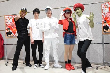 「体内活劇『はたらく細胞II』」囲み取材より、左から君沢ユウキ、杉江大志、北村諒、川村海乃、高木俊。