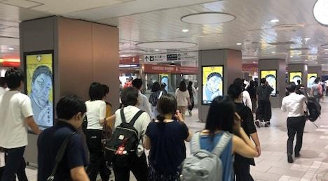 小田急線の新宿駅にて。「芸能人バキ化プロジェクト」のムービー上映の様子。
