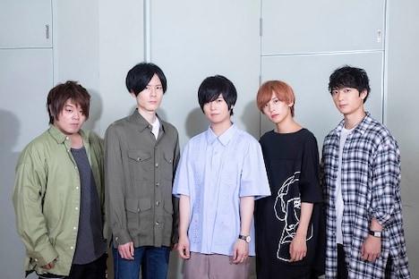 キャスト集合写真。左から松岡禎丞、内山昂輝、斉藤壮馬、富園力也、梅原裕一郎。