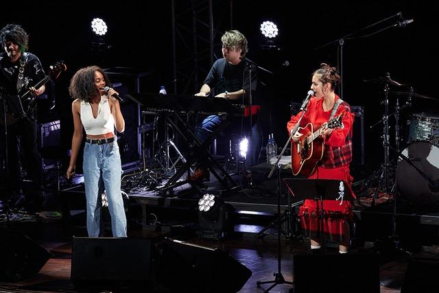 「『キャロル&チューズデイ』2nd LIVE ~Army Of Two~」の様子。ナイ・ブリックス(左)、セレイナ・アン(右)。