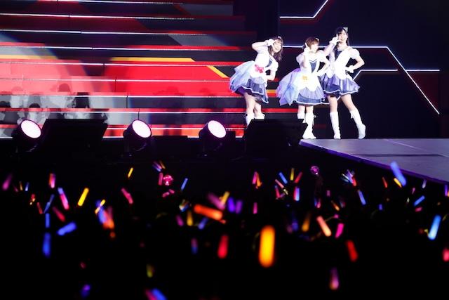 大橋彩香、福原綾香、原紗友里による「できたてEvo!Revo!Generation!」。