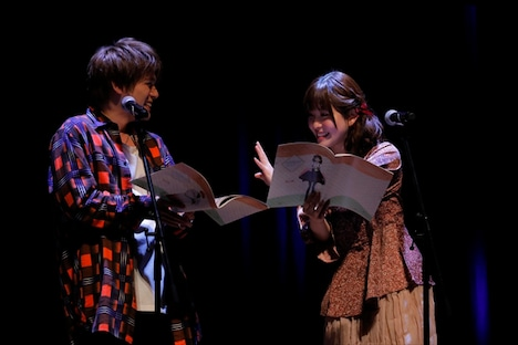 朗読劇の様子。左から内田雄馬、石見舞菜香。