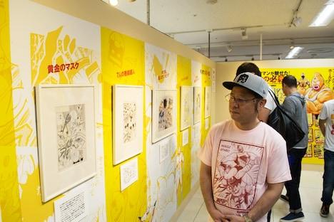 トークショーを前に、「キン肉マン 友情の40周年展」の会場を見て回る嶋田隆司。