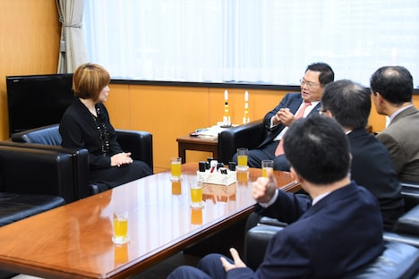 談笑する松本と竹本大臣。