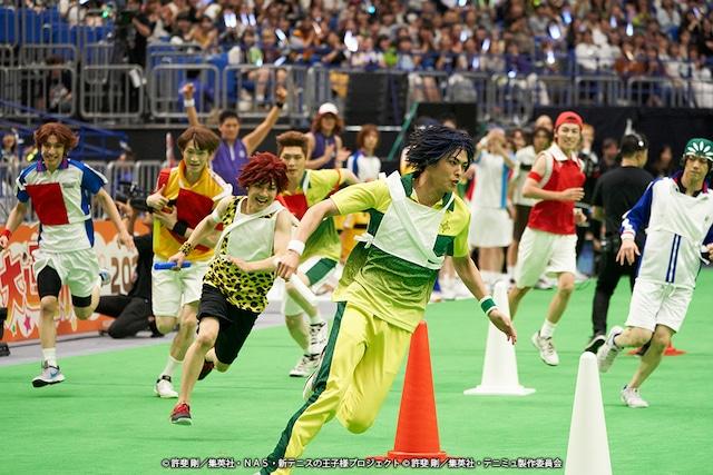 「紅白対抗リレー」にて、ゴールに向かって激走するアンカーたち。