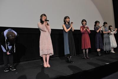 左から松岡禎丞、安野希世乃、大西沙織、茅野愛衣、矢作紗友里、赤崎千夏、春奈るな。
