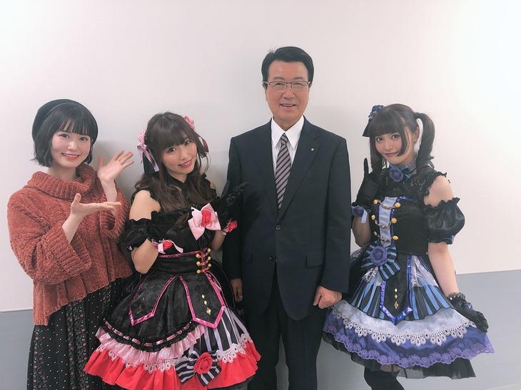 楽屋の様子。左から花井美春、鈴木愛奈、山口幸太郎市長、大森日雅。