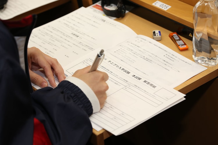 本試験を受ける参加者の様子。(c)ジャンプスクエア/集英社