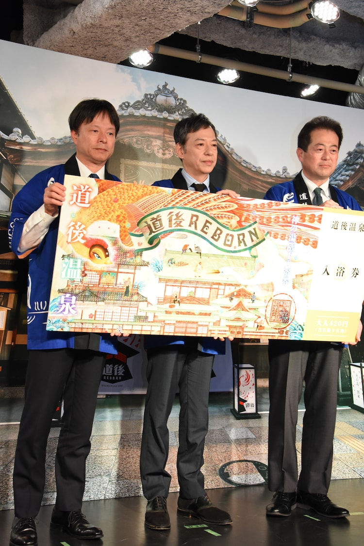 左からポニーキャニオン代表取締役社長・吉村隆氏、板尾創路、愛媛県松山市長・野志克仁氏。
